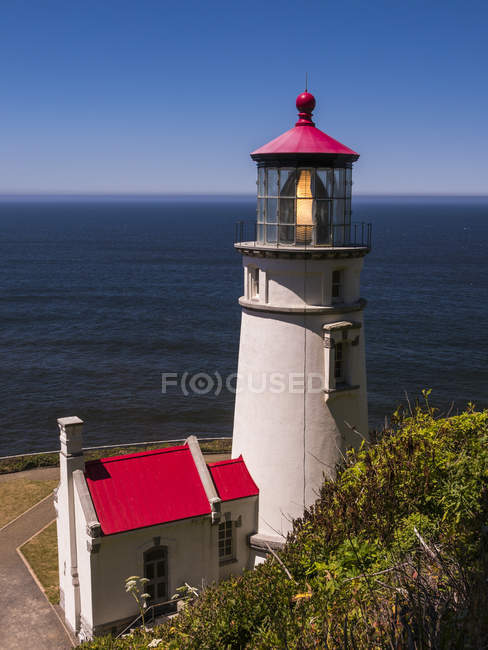 Heceta Head lighthouse on shore in Oregon, USA — Stock Photo