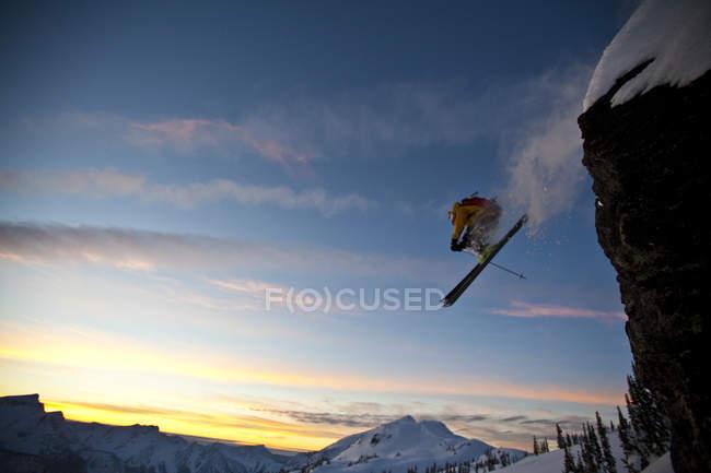 Esquiador masculino de fundo caindo penhasco em Sol Mountain, Monashee Backcountry, Revelstoke, Canadá — Fotografia de Stock