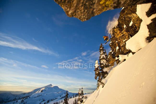 Hombre esquiador backcountry cayendo acantilado en Sol Mountain, Monashee Backcountry, Revelstoke, Canadá - foto de stock