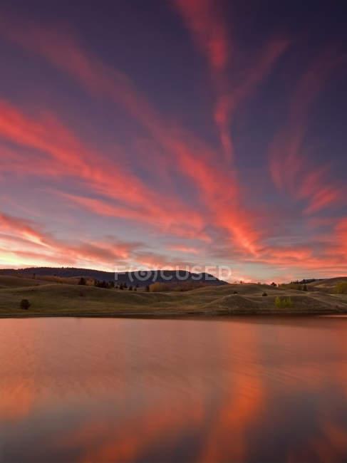 Coucher de soleil spectaculaire sur le ciel dans la prairie du Lac du Bois, au nord de Kamloops, Colombie-Britannique, région de Thompson Okanagan, Canada — Photo de stock