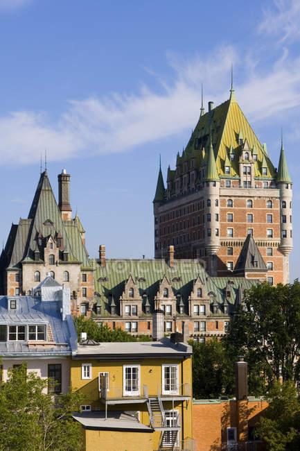Chateau Frontenac Hotel ed edifici lungo avenue in Quebec, Canada . — Foto stock