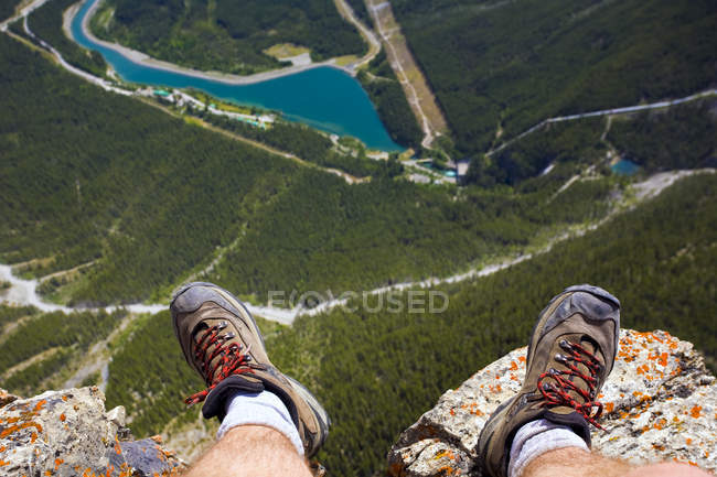 Male hiker feet at edge of cliff, Mount Rundle near Canmore, Alberta, Canada — Stock Photo