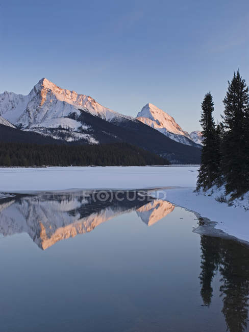 Rocky Mountains reflecting in water of Maligne Lake near Jasper, Alberta, Canada. — Stock Photo