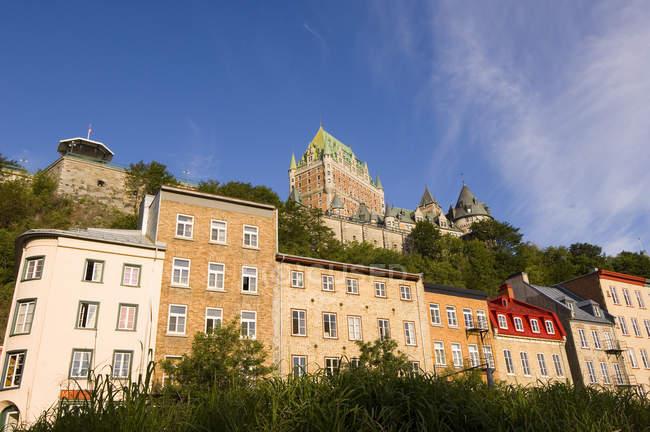 Château Frontenac avec des bâtiments classiques dans la rue le matin, Québec, Canada . — Photo de stock
