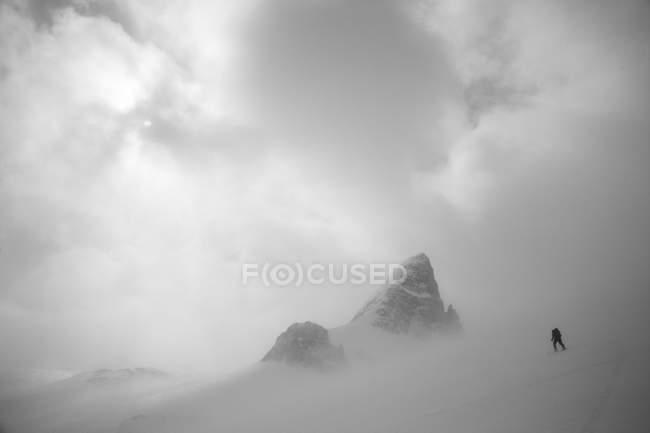 Лижник uptracking на горбистому Wapta Icefields, Національний парк Банф, Альберта, Канада — стокове фото