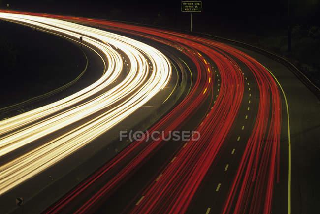 Трафік оф долину Don Parkway в нічний час, Торонто, Онтаріо, Канада. — стокове фото
