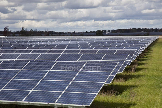 Крупная солнечная ферма на юго-западе Онтарио, Канада. — стоковое фото