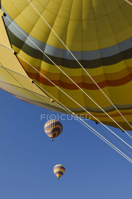Hot air ballooning against blue sky. - foto de stock
