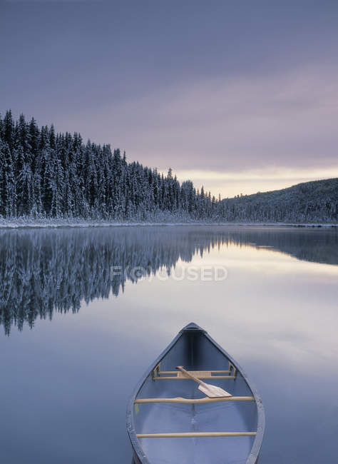 Canoe on Winchell Lake after first snowfall, Alberta, Canada. — Stock Photo