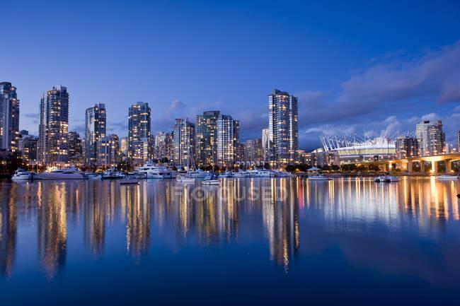 Cambie de puente en el horizonte de la ciudad con el estadio en False Creek, Vancouver, Columbia Británica, Canadá - foto de stock