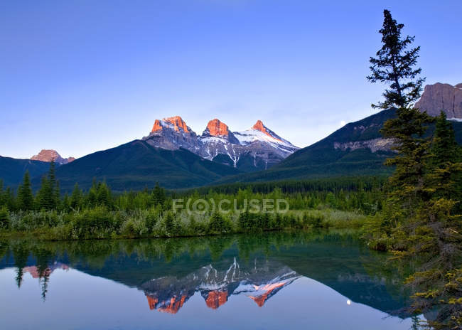 Three Sisters Mountain reflection in water, Canmore, Alberta, Canada — Stock Photo
