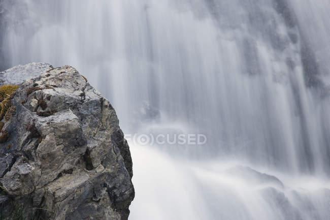 Rocky Kent Creek cascade in Peter Lougheed Provincial Park, Kananaskis Country, Alberta, Canada — Stock Photo