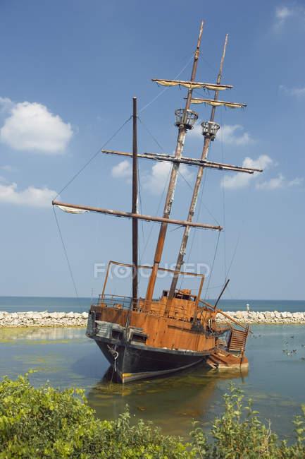 Vecchia nave in acqua da Beacon Marina, Jordan Harbour, Lake Ontario, Ontario, Canada — Foto stock