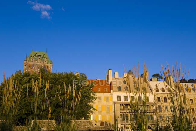 Château Frontenac avec des bâtiments classiques à la lumière du matin, Québec, Canada . — Photo de stock