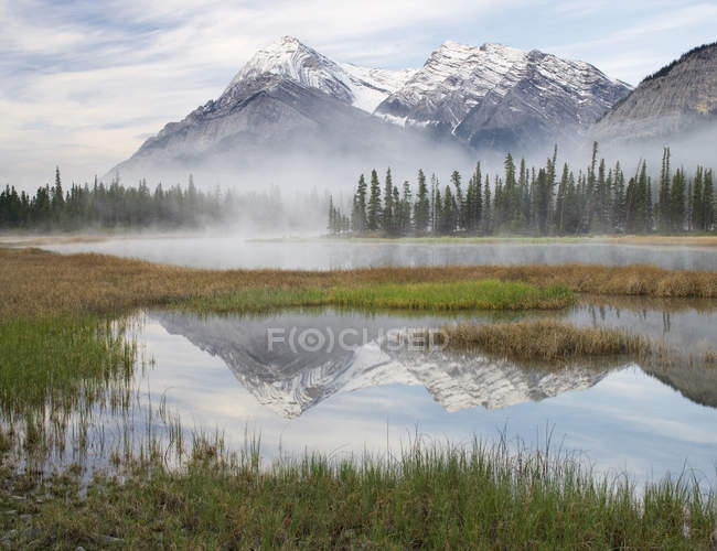 Elliot Peak reflecting in Whitegoat Lakes, Bighorn Wildland, Alberta, Canada — Stock Photo