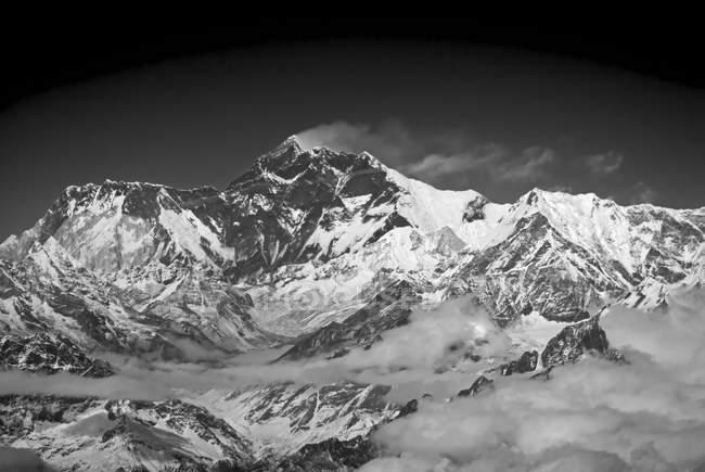 Гора Эверест с облаками в Гималаях, Непал — стоковое фото