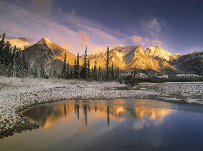 Appartamenti per disabili campeggio e acqua del fiume Athabasca, Jasper National Park, Alberta Canada — Foto stock