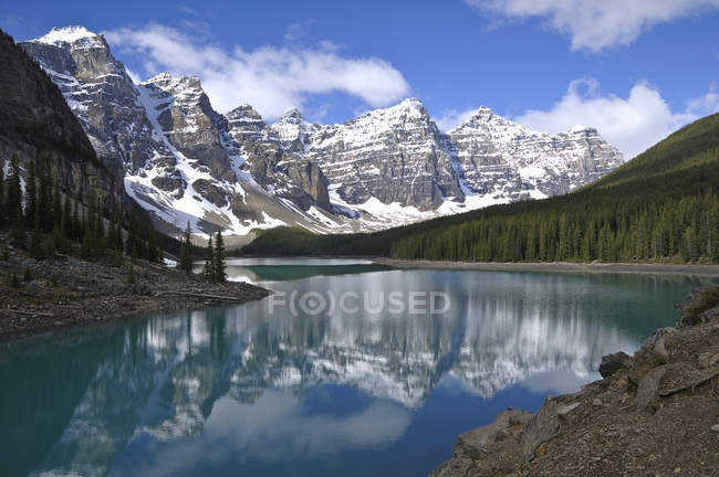 Scenic mountain landscape of Moraine Lake, Banff National Park, Alberta, Canada — Stock Photo