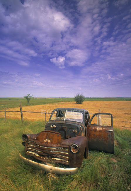 Old rusty abandoned truck in field, Robsart, Saskatchewan, Canada — Stock Photo
