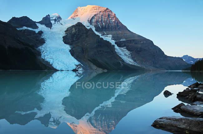 Гора Робсон, отражая в воде Тарн, Британская Колумбия, Канада — стоковое фото