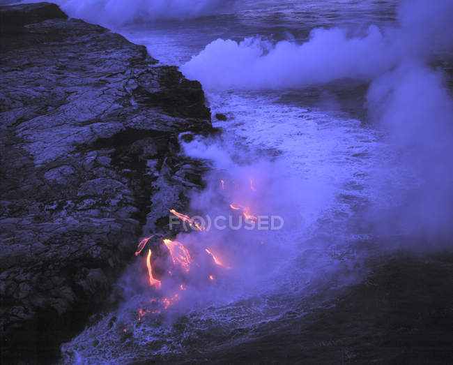 Lava flowing into ocean at Volcanoes National Park, Hawaii, USA — Stock Photo