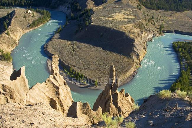 Висока кут видом на річку Chilcotin та навколишні гірські породи, Британська Колумбія, Канада. — стокове фото