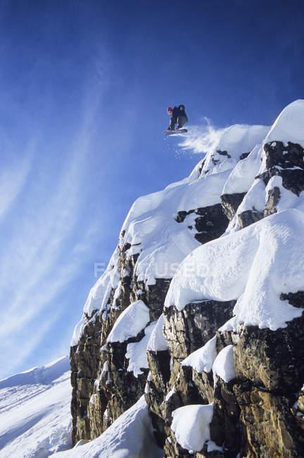Masculino snowboarder captura Grande ar no sertão de chutando cavalo Resort, Dourado, British Columbia, Canadá — Fotografia de Stock