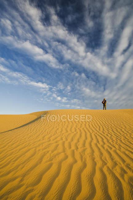Randonnée pédestre dans les dunes de Great Saskatchewan Sandhills, Sceptre, Saskatchewan, Canada — Photo de stock
