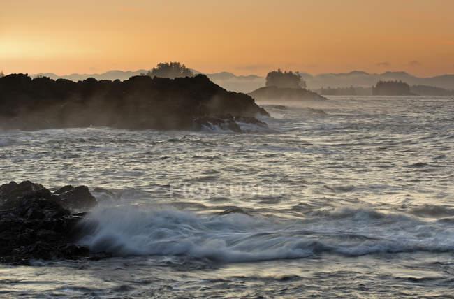 Lever de soleil du sentier Wild Pacific près d'Ucluelet, île de Vancouver, Colombie-Britannique, Canada — Photo de stock