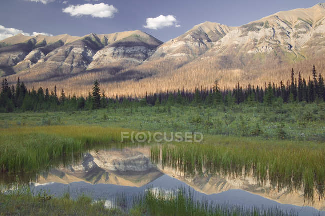 Hawk ridge mountains reflecting in lake water of Kootenay National Park, British Columbia, Canada — Stock Photo
