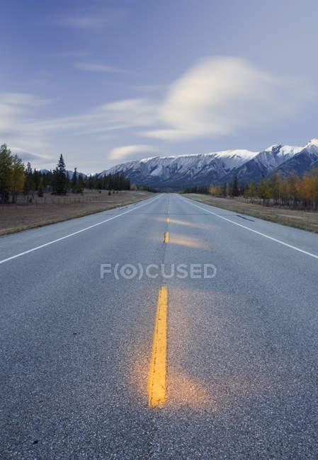 Autostrada verso Mount William Booth, Kootenay Plains, Bighorn Wildland, Alberta, Canada — Foto stock