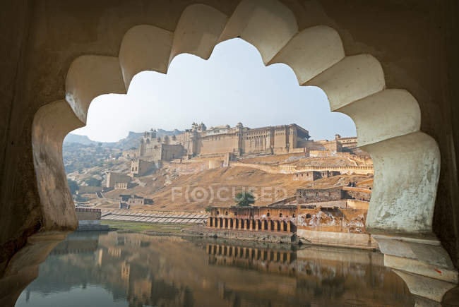 Incredibile Amber Fort vista da arco vicino a Jaipur, Stato del Rajasthan, India — Foto stock