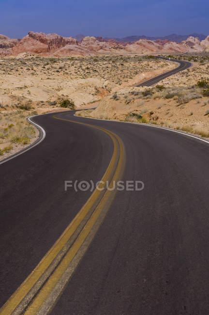 Пишні шосе через долину вогонь State Park, штат Невада, США — стокове фото