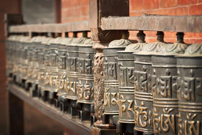 Gebetsmühlen um Swayambhunath für die Gewinnung von Verdienst, Kathmandu, Nepal — Stockfoto