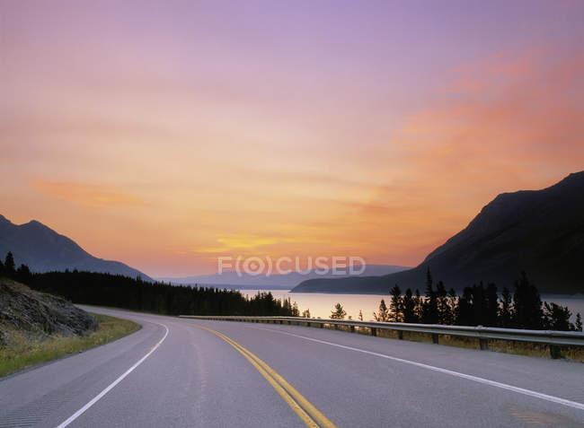 Autostrada sulla riva del lago Abramo al crepuscolo, Alberta, Canada . — Foto stock