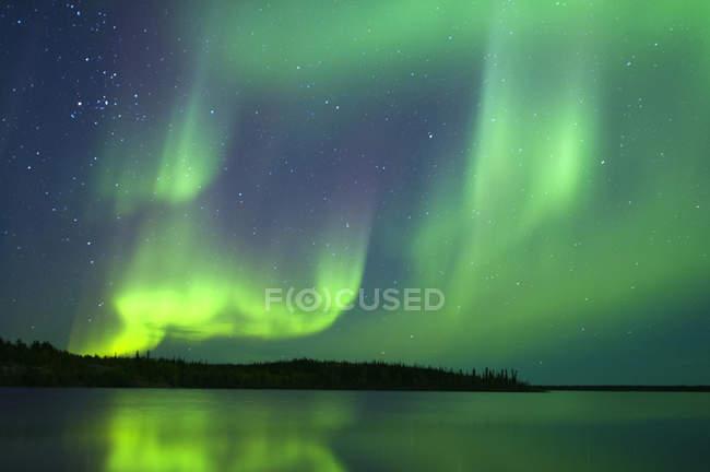 Ätherisch Nordlicht über See in borealen Wald, Yellowknife Umgebung, Nordwest-Territorien, Kanada — Stockfoto