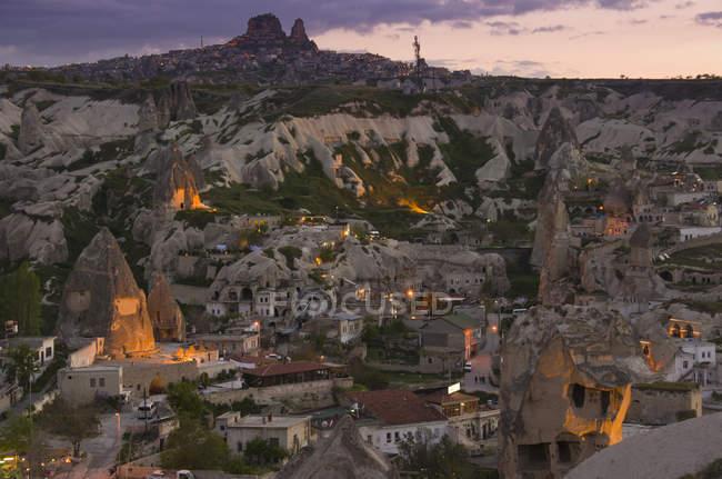 Townscape e fata camini di Goreme al tramonto, Cappadocia, Turchia — Foto stock