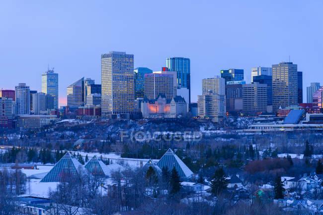 Casas y parque en el horizonte de la ciudad en invierno al atardecer, Edmonton, Alberta, Canadá - foto de stock