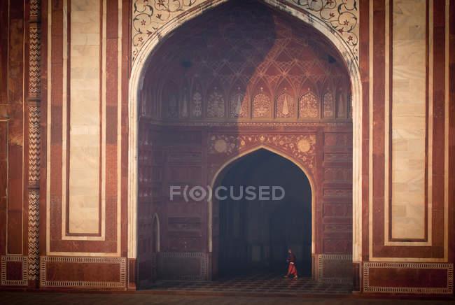 Arches de mosquée de Taj Mahal dans la lumière du soleil au lever du soleil, Agra, Inde — Photo de stock