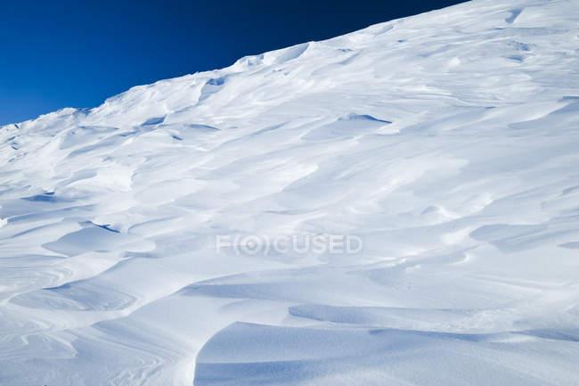 Amas de neige balayées par le vent à prairie congelé — Photo de stock