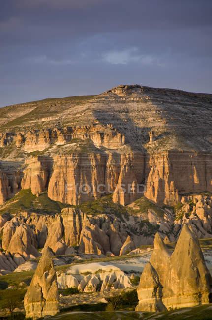 Paesaggio con camini di fata vicino a Goreme Valle della Cappadocia, Anatolia, Turchia — Foto stock