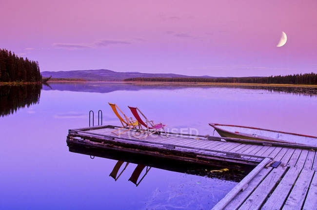 Dock and chairs on Spout Lake in front of Ten-ee-ah Lodge in Cariboo region of British Columbia, Canada. — Stock Photo