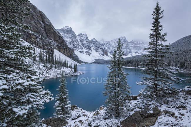 Lago Moraine y Valle de los Diez Picos en invierno, Parque Nacional Banff, Alberta, Canadá . - foto de stock