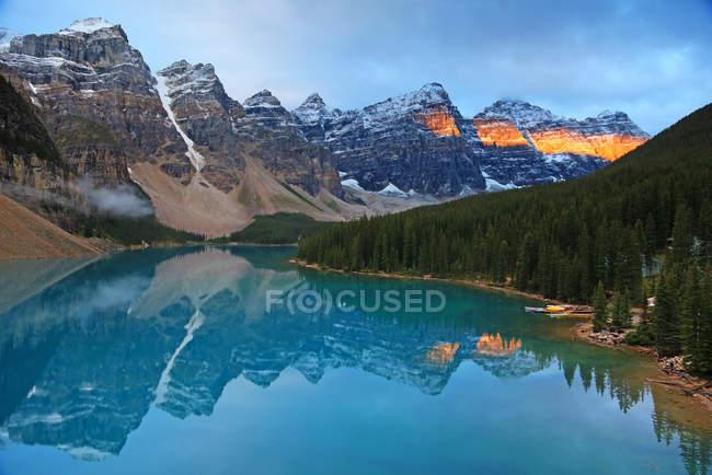 Acque turchesi del lago Morena nelle montagne del Banff National Park, Canada . — Foto stock