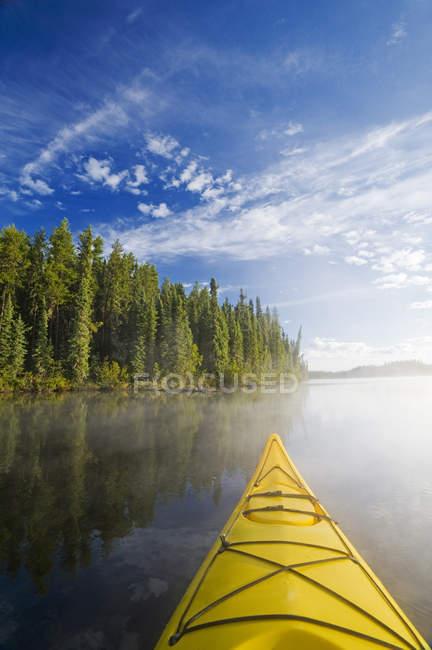 Arc jaune de kayak au lac Little Deer, parc provincial Lac La Ronge, nord de la Saskatchewan, Canada — Photo de stock