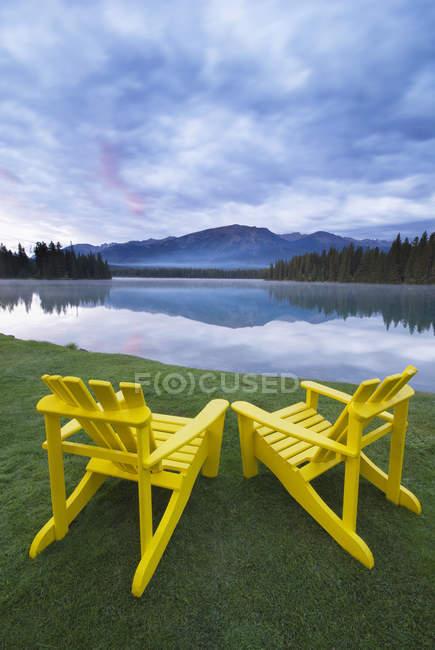 Chaises de pelouse sur la rive du lac Beauvert, parc national Jasper, Alberta, Canada — Photo de stock