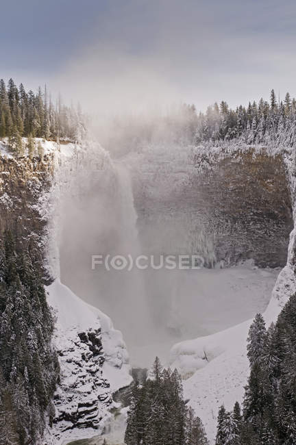 Beautiful winter scene with Helmcken Falls near Clearwater, British Columbia, Canada — Stock Photo
