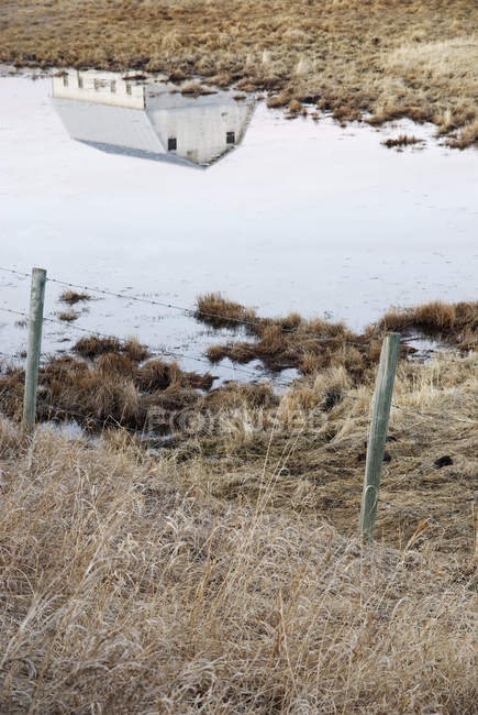 Scheunenreflexion in Präriesluft in der Nähe von Cochrane, Alberta, Kanada — Stockfoto