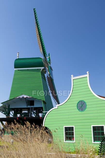 Музей под открытым небом Заансе Сханс к северу от Амстердама восстановленный мельница, Нидерланды. — стоковое фото