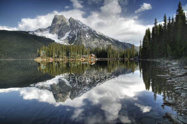 Emerald Lake Resort mit Mount Burgess, Yoho Nationalpark, Britisch-Kolumbien, Kanada — Stockfoto